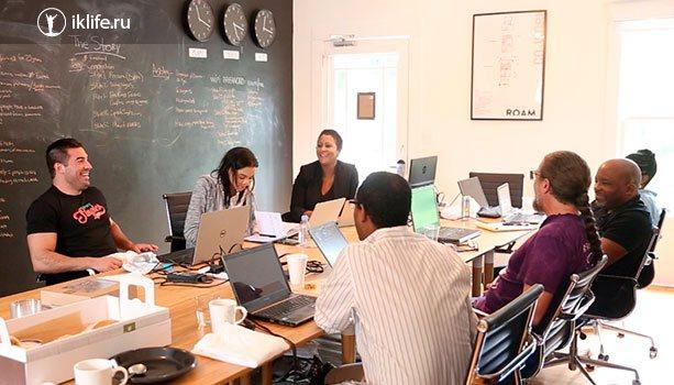 Анжела Бентон в офисе своей компании