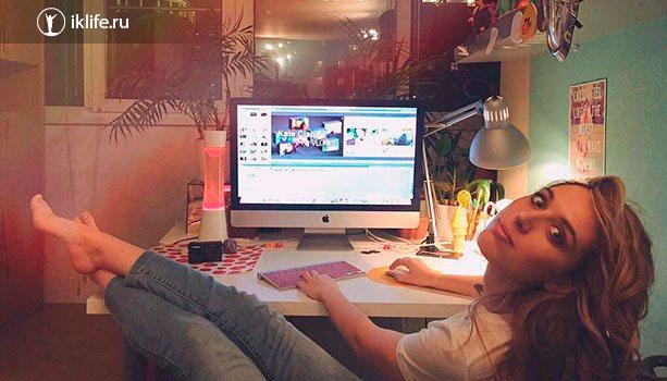 Катя Клэп монтирует ролик в своей квартире