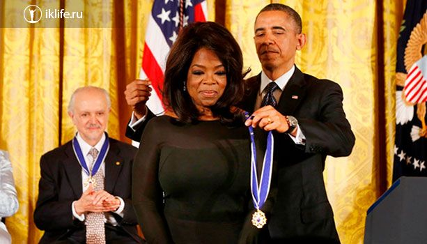 Опру награждает президент Обама