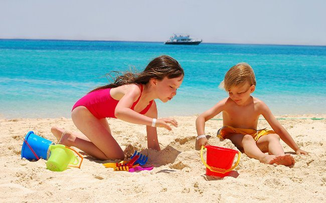 Отдых детей на пляже